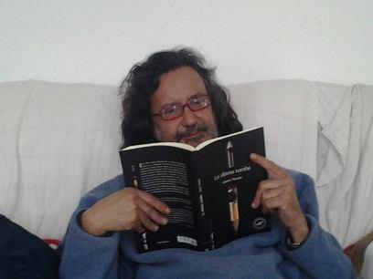 Javier Marrero Santana en su sofá de leer