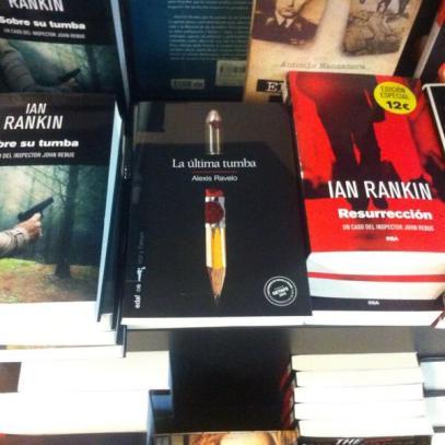 'La última tumba' en el mismo ranking que Rankin en FNAC de Madrid. La foto la hizo Juan Carlos Bonilla, antes de apoderarse del ejemplar