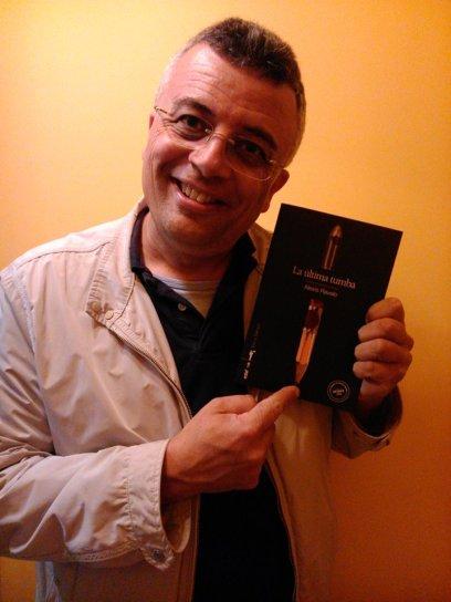 Sergio Naranjo posa con su ejemplar, que aún no está firmado pero lo estará